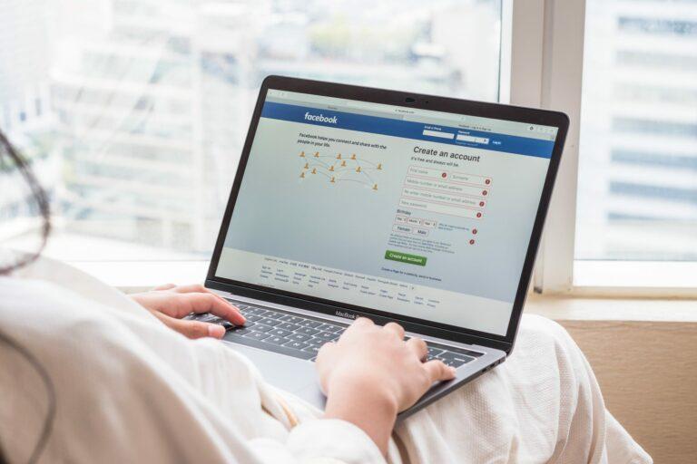 أيهما أفضل.. إدارة صفحات «فيسبوك» من الهاتف أم الحاسوب؟
